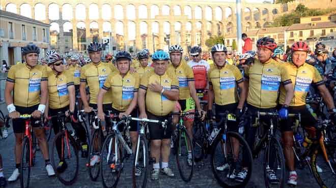 Perico Delgado recibe el homenaje de 2.500 ciclistas, encabezados por Miguel Induráin.
