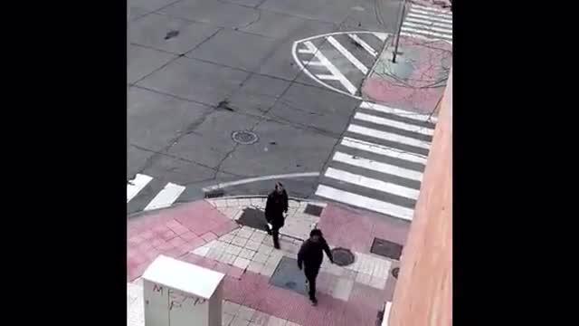 Unos policías locales amonestan a un irresponsable paseante en Salamanca, durante la primera mañana del estado de alarma por la epidemia de coronavirus.