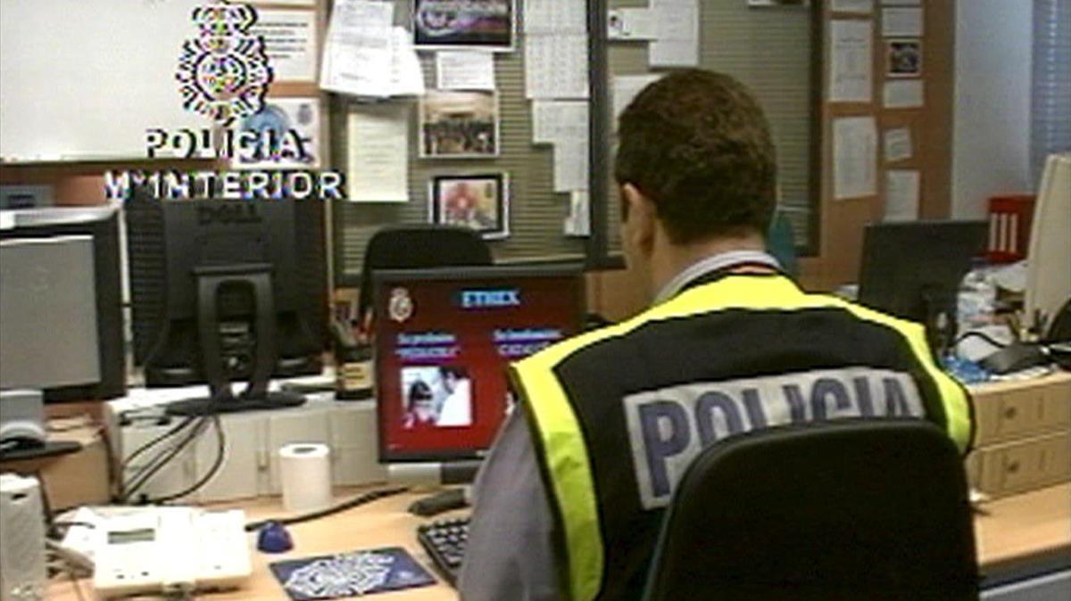 Un policía rastrea la red en busca de pornografía infantil.