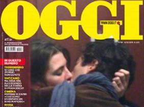 Portada de la revista italiana Oggi, con Carlota Casiraghi y Lamberto Sanfelice besándose apasionadamente.