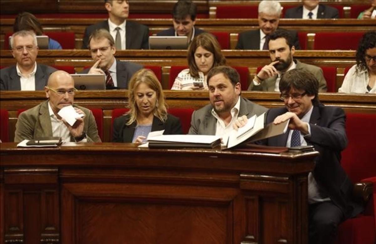 El president Puigdemont y los consellers Junqueras, Munté y Romeva, en el pleno del Parlament.