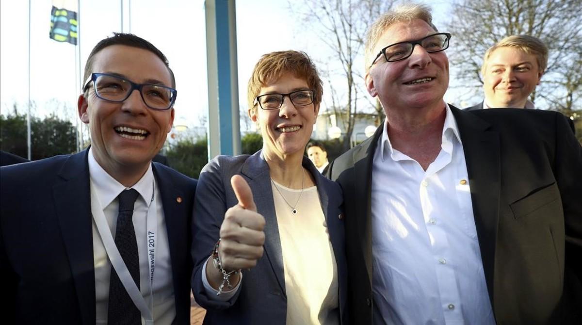 La presidenta del Sarre, Annegret Kramp-Karrenbauer, celebra su triunfo con su marido (derecha) y un compañero de partido.