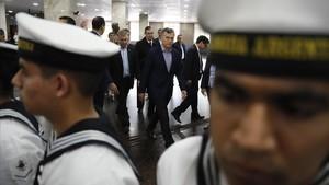 El presidente Macri (centro), a su llegada para una comparecencia institucional en la sede de la Armada, en Buenos Aires, el 24 de noviembre.