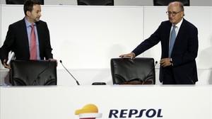 El presidente de Repsol, Antoni Brufau (derecha), y el consejero delegado, Josu Jon Imaz, en la junta de accionistas.