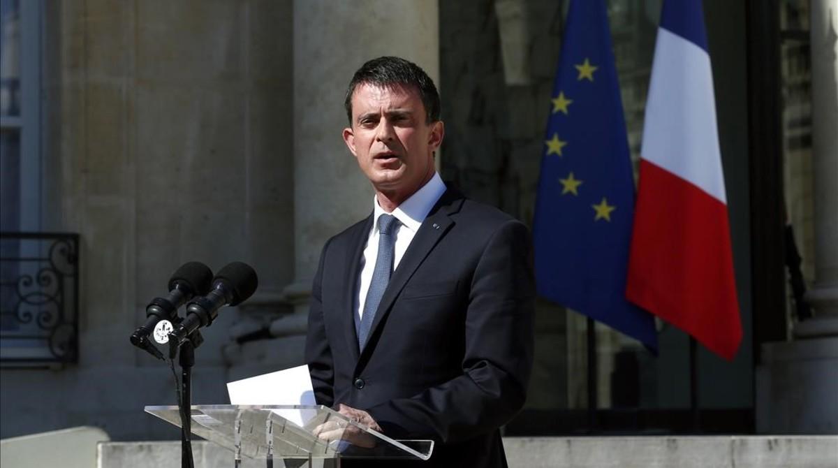 El primer ministro francés, Manuel Valls, anuncia la declaración de tres días de luto nacional tras el atentado de Niza, este viernes, en París.