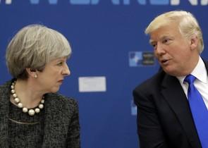 La primera ministra británica, Theresa May, y el presidente de los Estados Unido, Donald Trump durante una reunión de la OTAN en Bruselas.