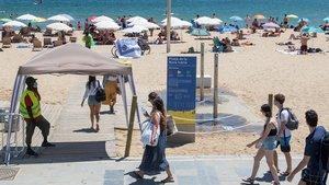 Punto de control por el coronavirus en el acceso a una playa de Barcelona.