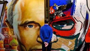 Un mural del rostro de Putin en Moscú.