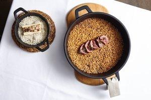 Receta de arroz seco de chuletón y tuétano a la brasa de Javier de Juan, chef de Taverna Hofmann.