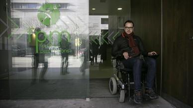 Un grupo de discapacitados examinan los accesos a edificios y transportes de Barcelona