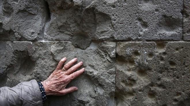 Roser Ponsatí, en la plaza de Sant Felip Neri, recuerda los bombardeos de Barcelona en 1938
