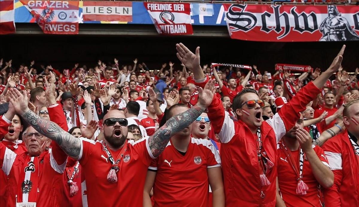 Un grupo de aficionados austriacos en el partido ante Portugal.