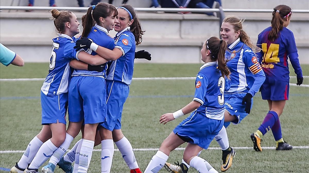 Las chicas del infantil A del Espanyol festejan un tanto contra el Barça.