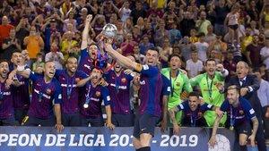 Sergio Lozano alza el trofeo de campeones de Liga logrado por el Barça ante El Pozo en el Palau.