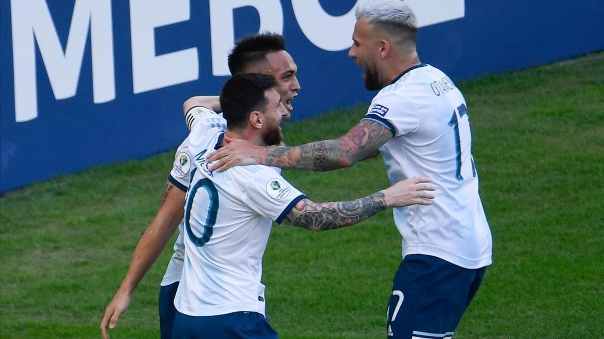 Lautaro Martínezcelebra su gol junto a Messi y Otamendi.