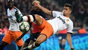 Gabriel Paulista despeja ante un jugador del Lille.