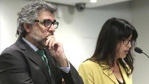 El abogado Jordi Pina y la portavoz Pilar Calvo, durante la rueda de prensa ofrecida este lunes en Madrid.