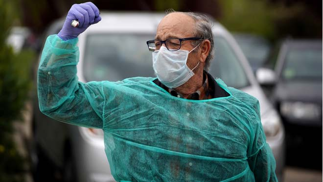 Sanidad sitúa en la última semana de febrero el contagio importante. En la foto, un hombre celebra que ha sido dado de alta tras superar el coronavirus, en Madrid.