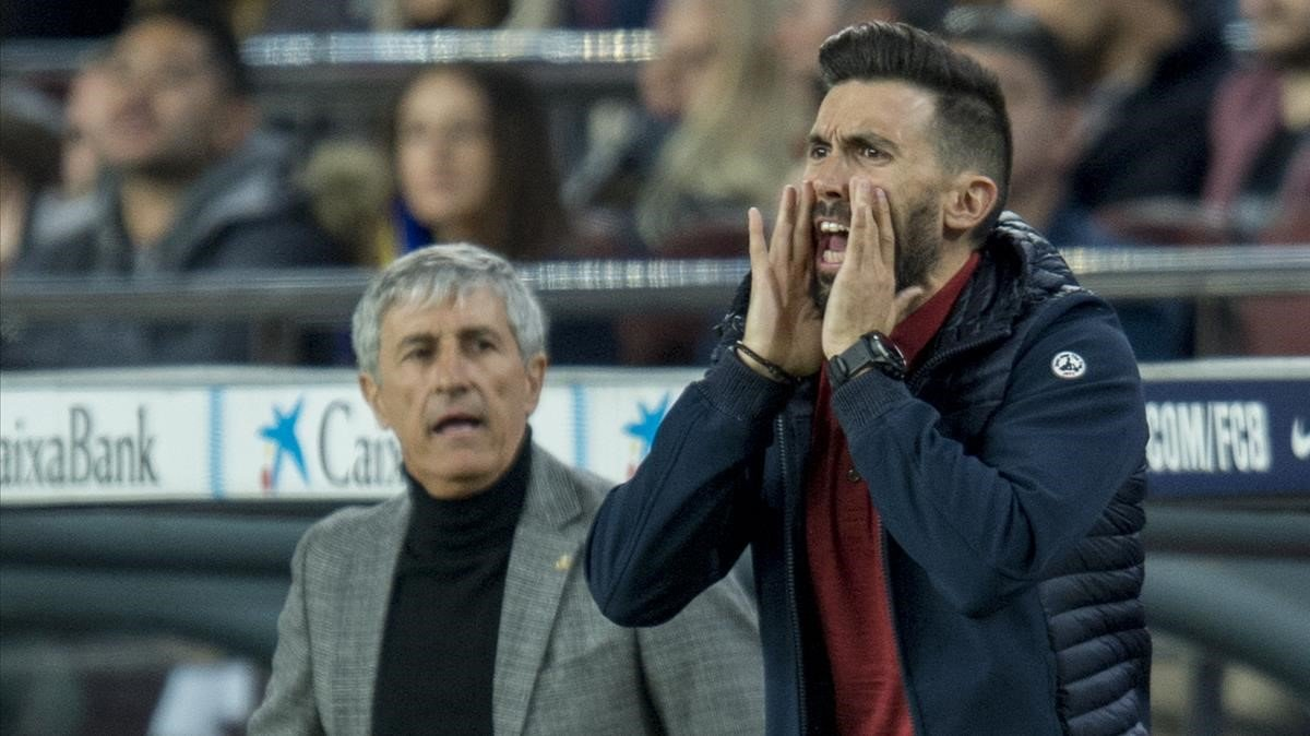 Sarabia da órdenes ante Setién en el Barça-Leganés de la Copa en el Camp Nou.