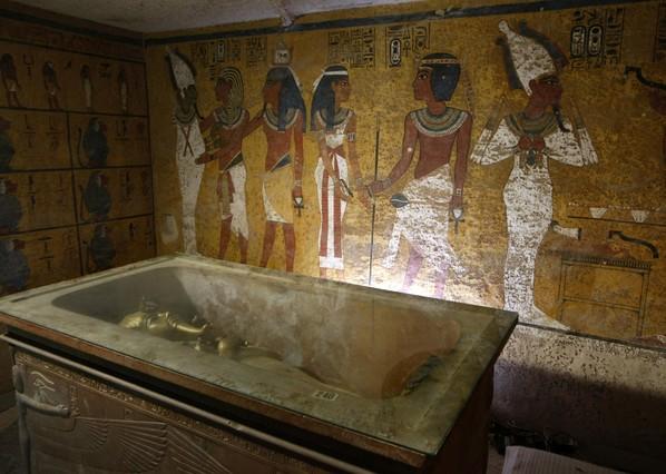 El sarcófago del rey Tutankamón en la cámara funeraria de su tumba.