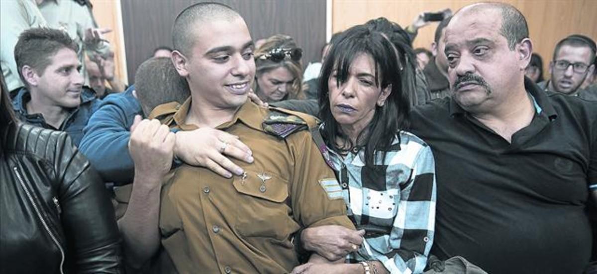 El sargento Elor Azaria espera con sus padres el veredicto, en Tel-Aviv.