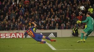 Sergi Roberto marca el gol de la remontada al París SG en el Camp Nou.