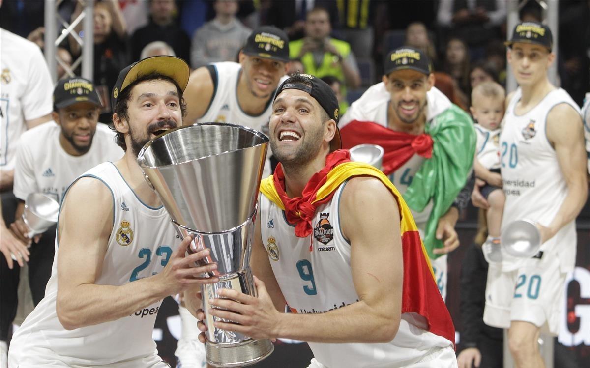 Sergio Llull y Felipe Reyes levantan el trofeo de campeón de Europa