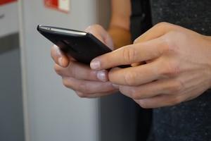 Una usuaria maneja su smartphone, en una foto de archivo.
