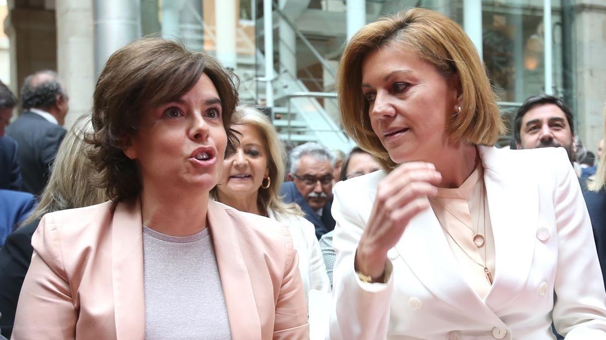 Soraya Sáenz de Santamaría yMaría Dolores de Cospedal, en una imagen de archivo correspondiente a la toma de posesión del presidente de la Comunidad de Madrid.