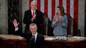 Stoltenberg, aplaudido por el vicepresidente de EEUU,Mike Pence, y a la presidenta de la Cámara de Representantes, Nancy Pelosi, durante su discurso ante el Congreso, en Washington.