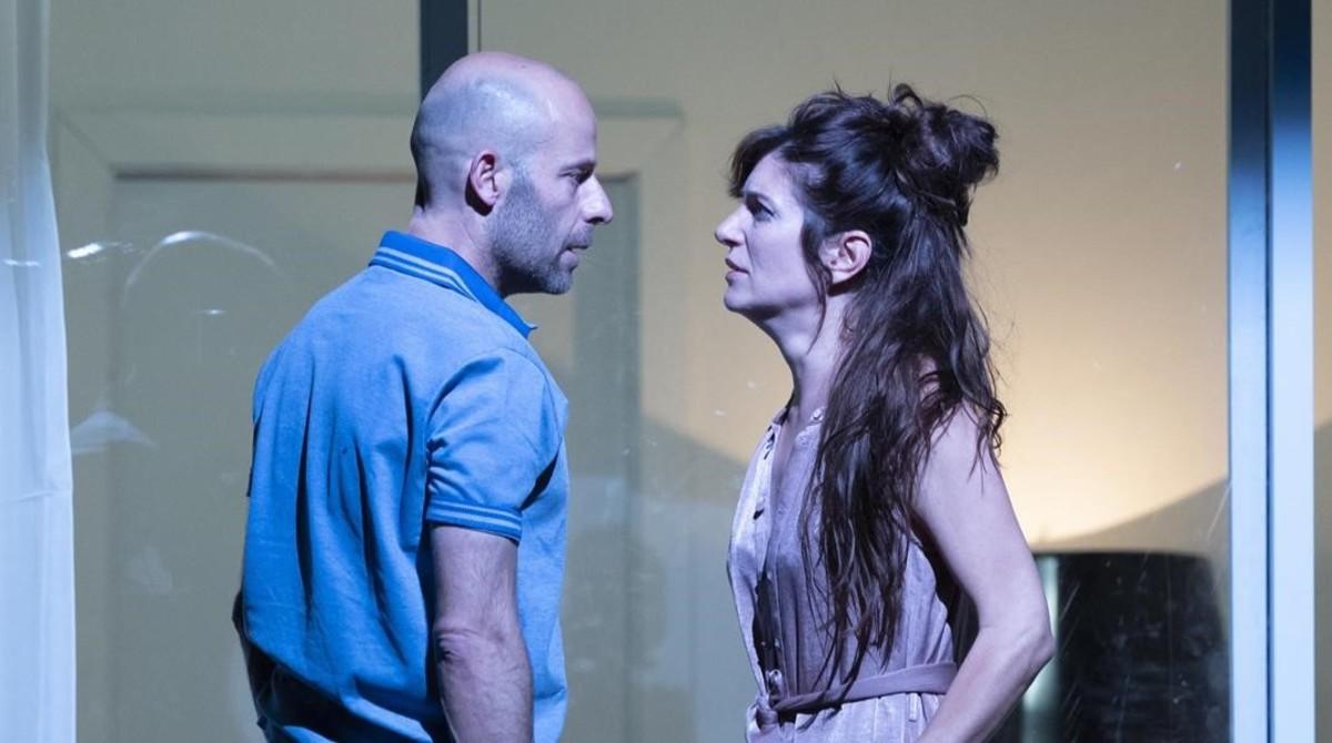 Eduard Farelo y Marina Gatell, en una escena de Temps salvatge, de Josep Maria Miró.