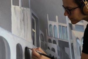 Bea Sarrias pintando uno de los cuadros de esta exposición.