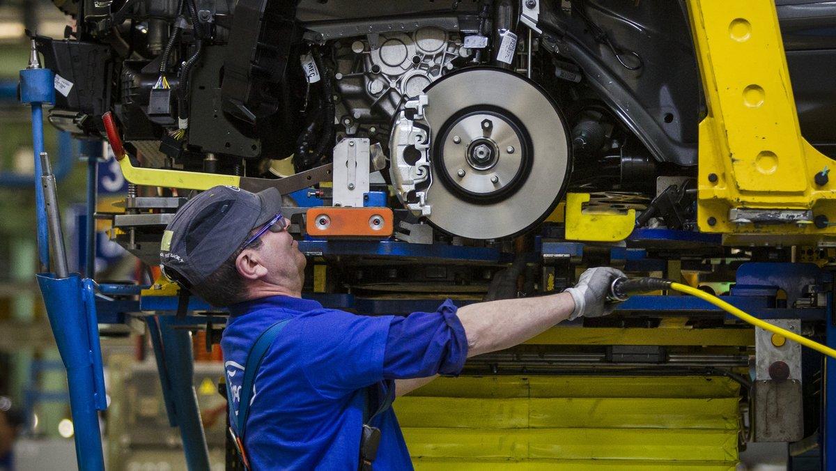 Imagen de archivo de un trabajador en la fábrica de Ford de Almussafes (Valencia).