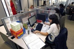Una trabajadoraen unservicio de teleasistencia.