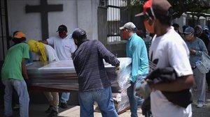 Traslado de un difunto en Guayaquil el pasado domingo.