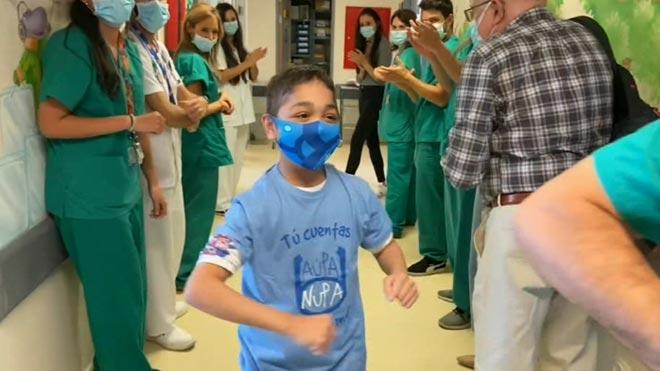 Un trasplante pionero salva la vida de un niño de 15 años.