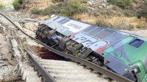 El tren desacarrilado en Floresta i Vinaixa por las lluvias.