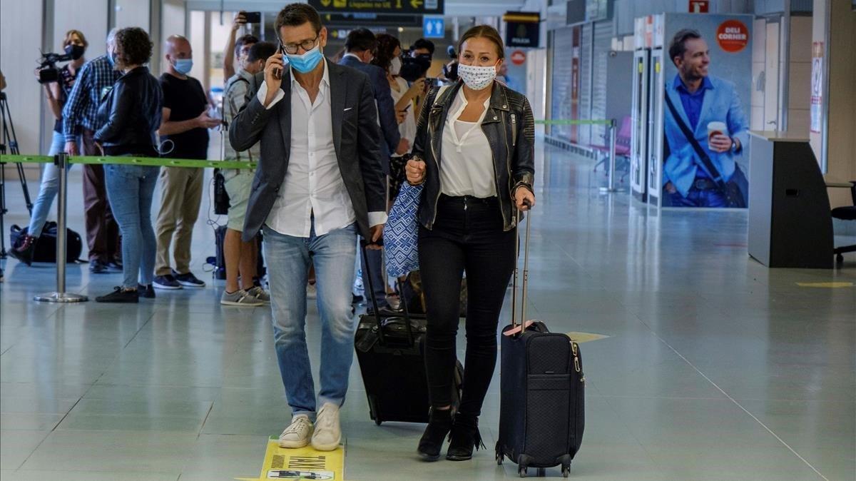 Turistas procedentes de Alemania, a su llegada al aeropuerto de Eivissa.