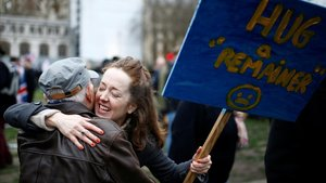 Una activista anti-'brexit' pide abrazos, este viernes en Londres.
