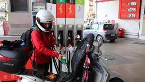 Una chica pone en gasolina en una estación de Barcelona, en una imagen de archivo.