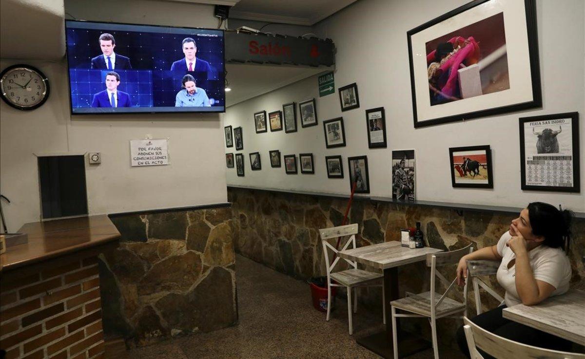 Una empleada de un bar mira el debate de TVE.