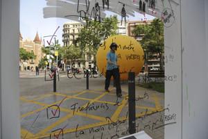 Una de las esferas amarillas que el equipo de Trias ha colocado por Barcelona, esta, en la Diagonal.