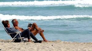 Una pareja de jubilados, en la playa.