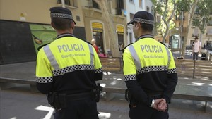 Una patrulla de la Guardia Urbana por Barcelona
