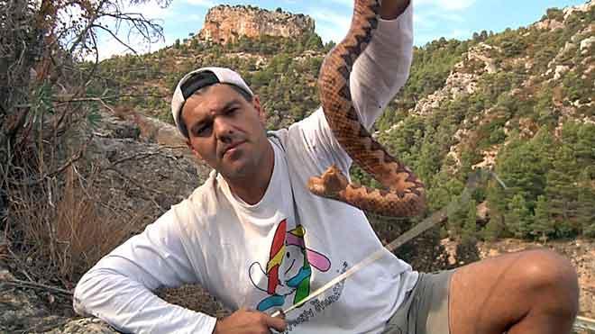 Fran Cuesta muestra en el vídeo cómo le mordió la serpiente pitón.