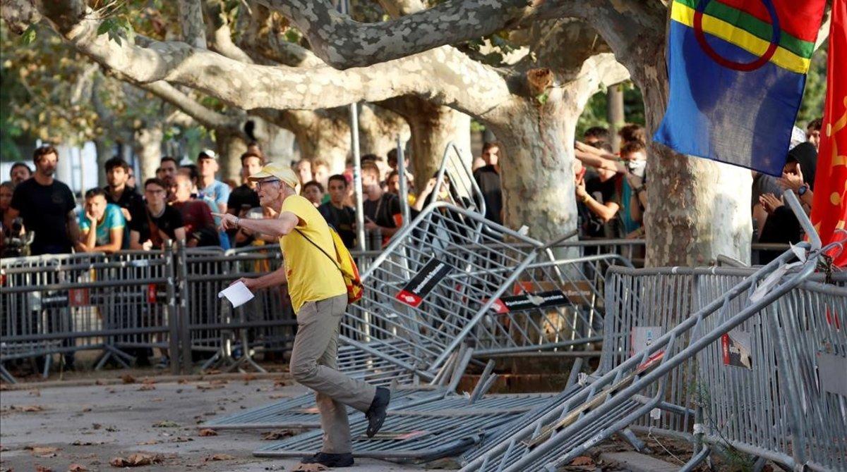Tensió entre manifestants independentistes i Mossos davant el Parlament