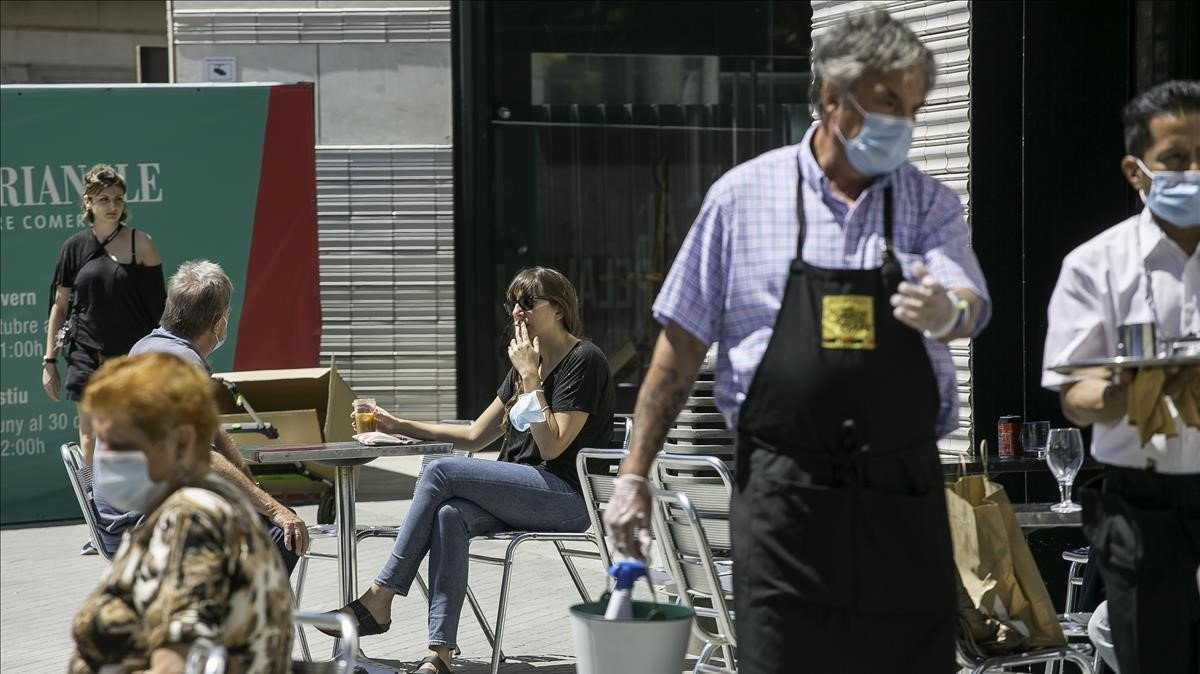 Una joven fuma en una terraza de Barcelona, el pasado mayo.
