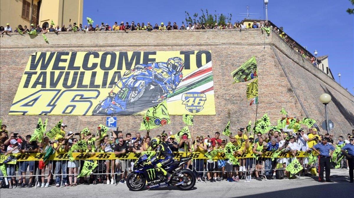 Valentino Rossi ha sacado su Yamaha M1 de GP a pasearpor las calles de Tavullia, su pueblo, para calentar el GP de San Marino de este fin de semana.