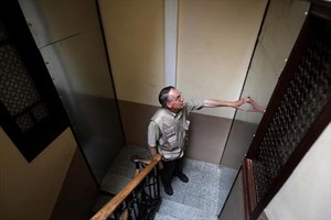 Un vecino observa una puerta antiokupas, en la finca de Entença 151.