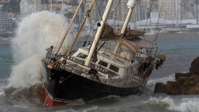 Un velero aparece varado junto al paseo Marítimo de Palma de Mallorca